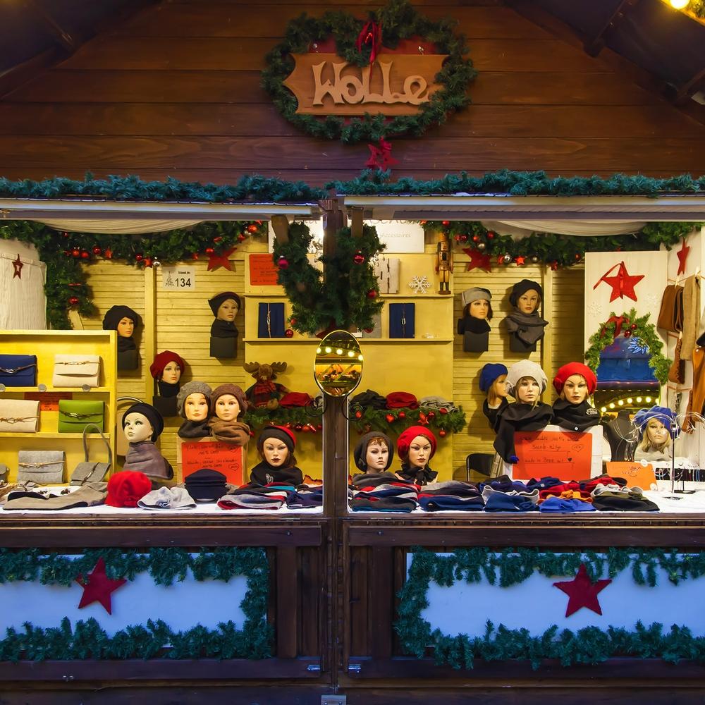 Anna Rosenschöns Weihnachtsmarktstand mit Wollmützen