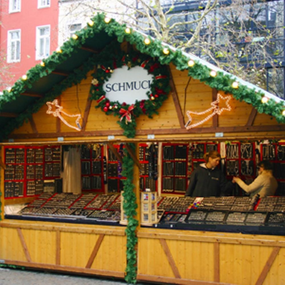 Weihnachtshütte aus Holz mit Schmuck