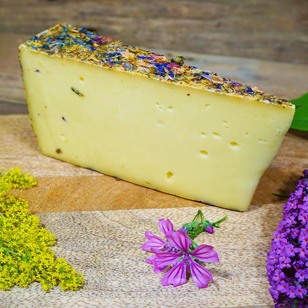 Ein Arrangement mit Käse im Mittelpunkt