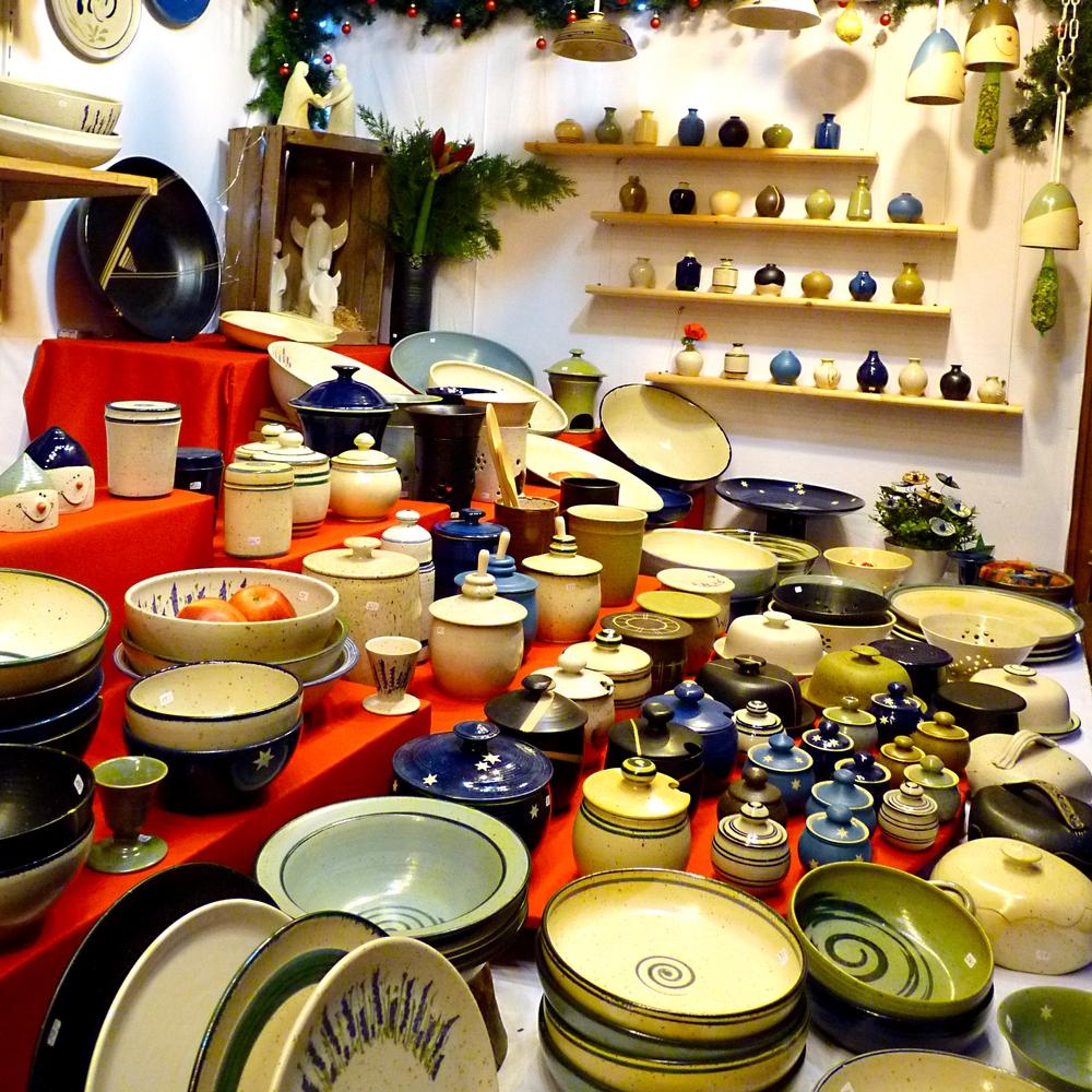 Töpfe, Schalen, Schüsseln, Teller und weitere Objekte aus Keramik.
