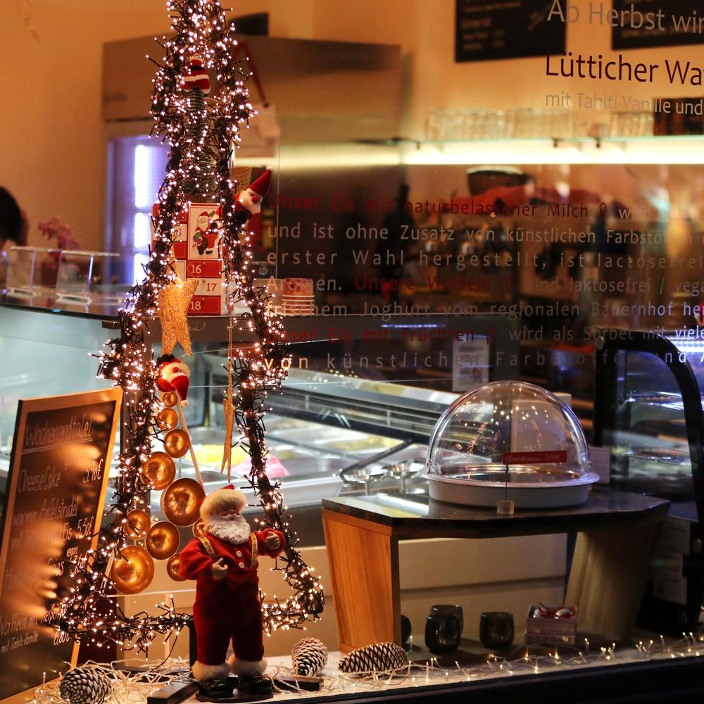 Das weihnachtlich geschmückte Schaufenster einer Filiale