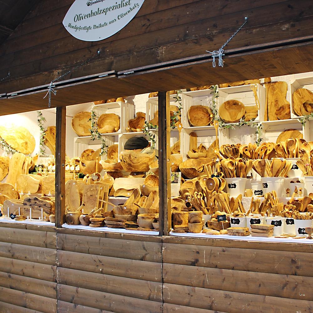 Der Stand vom Olivenholzspezialist mit vielen Holzartikeln
