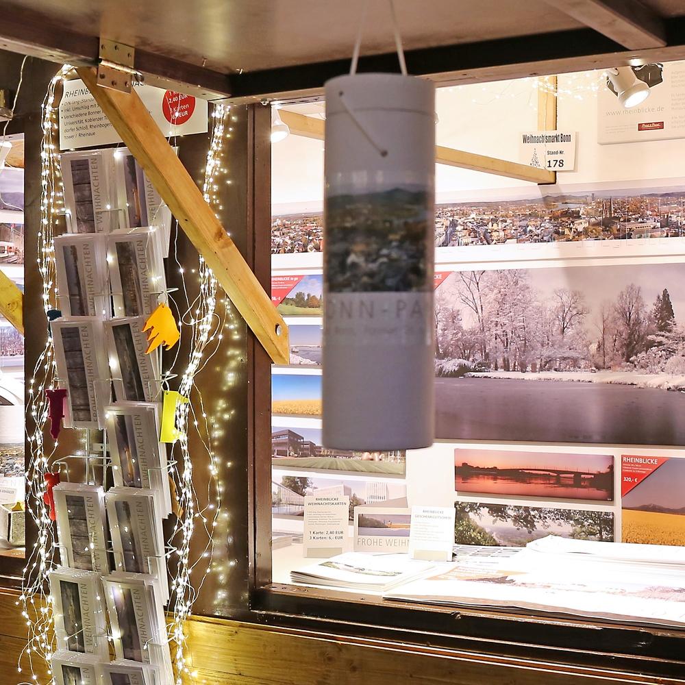 Ein Weihnachtsmarkt Stand mit Panoramen von Bonn