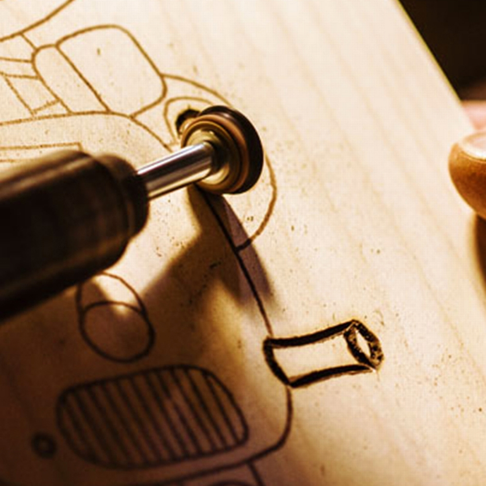 Eine Holzplatte wird graviert.