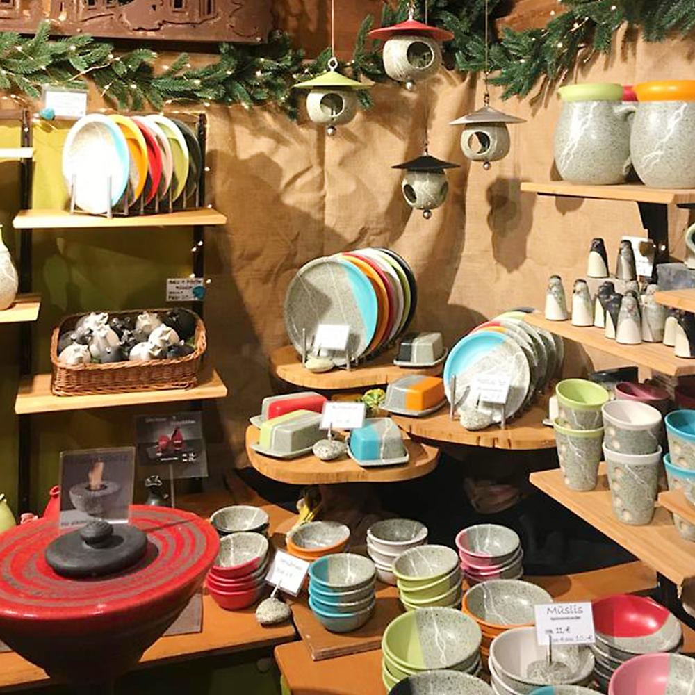 Verschiedenen Keramikgeschirr steht in den Regalen