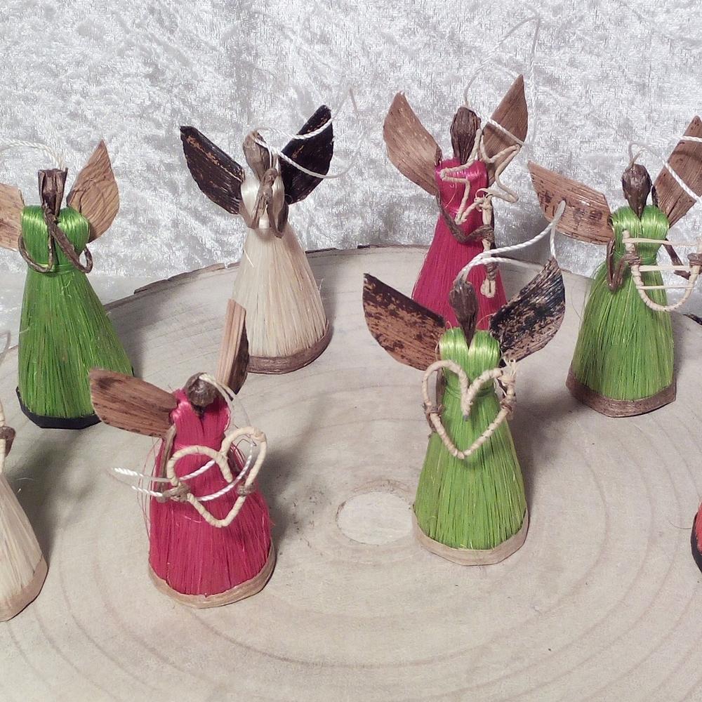 Handwerkliche Engel auf Holzscheibe