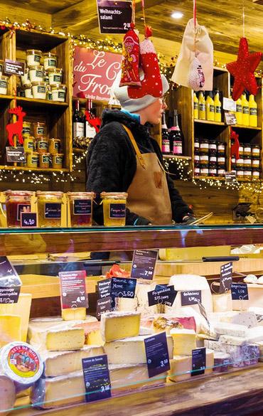 Käse-Frischetheke mit einer riesigen Auswahl an besonderen Käse auf dem Bonner Weihnachtsmarkt bei Baumann´s Spezialitäten