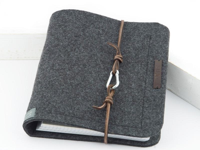 Einband für Bücher oder Hefte mit Lederband und Haken