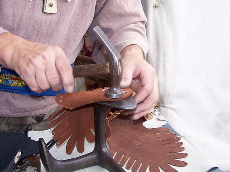 Handwerkliche Lederbearbeitung mit Hammer