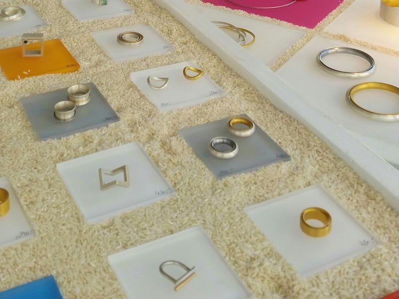 Besondere Ringe aus Gold und Weissgold in der Präsentationsauslage
