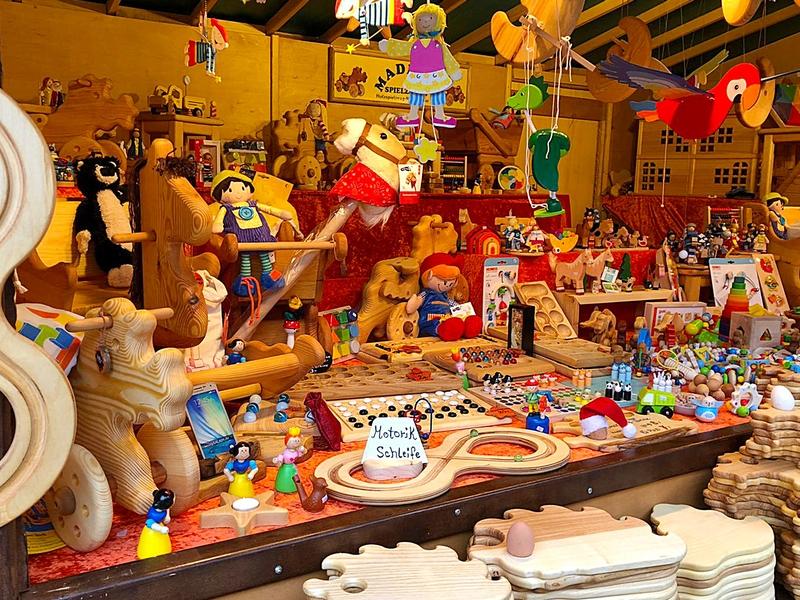 Holzspielzeug mit Kugel, Motorik-Schleife, Puppen