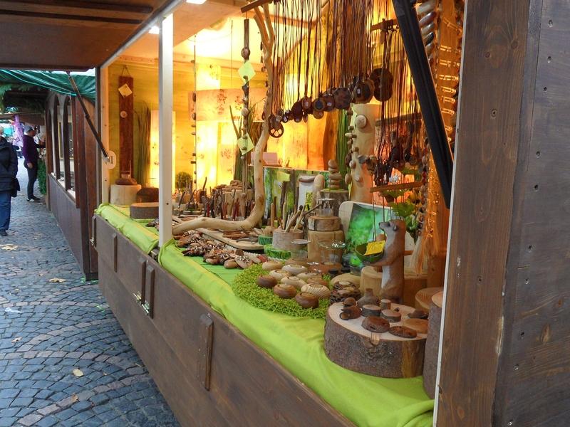 Weihnachtsmarktstand mit Holzschnitzereien