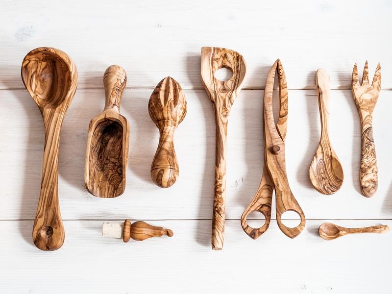 Schütte, Stösel, Salatkelle und Zange, Korken