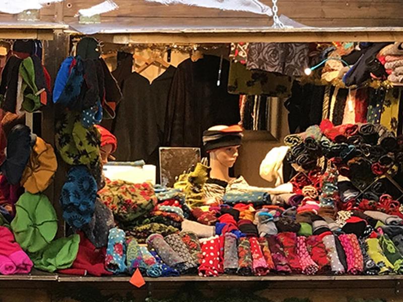 Einblick in Rita Tabays Weihnachtsmarktstand - Textilwaren