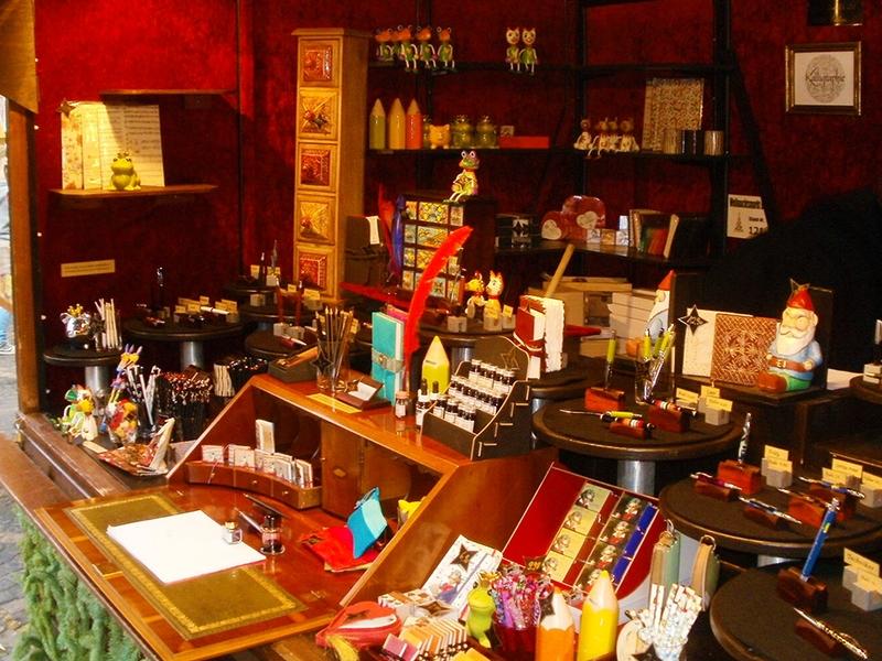 Individuelle Hefte, Schreibmaterialien in der Bonner Weihnachtsmarkt-Auslage