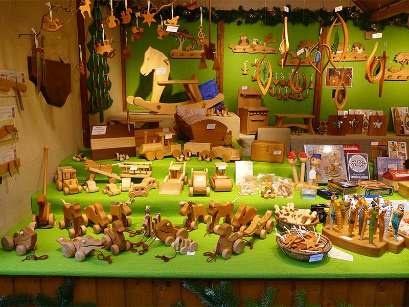 Holzspielzeug wie Schaukel, Kleiderhaken, Puppenbett, rollende Ente, Hase, Frosch, Bagger und Walze, Deckenschmuck