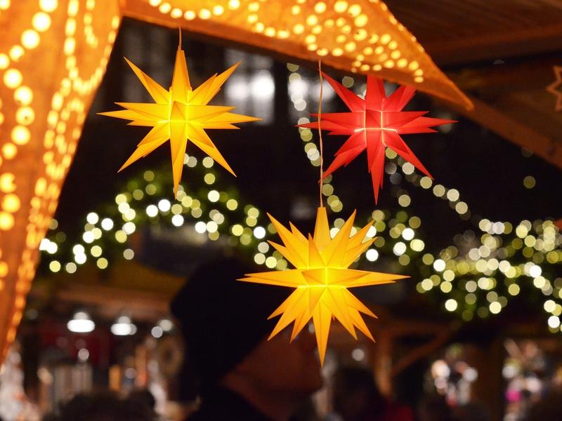 Hängende gelbe und rote Sterne