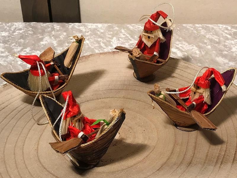 weihnachtsmannfiguren in booten